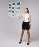 Mulher que pressiona multimédios e ícones do entretenimento em um fundo virtual Imagens de Stock