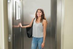 Mulher que pressiona o botão do elevador foto de stock royalty free