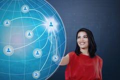 Mulher que pressiona o social do ícone no globo fotos de stock