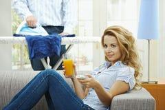 Mulher que presta atenção à tevê Imagem de Stock