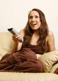 Mulher que presta atenção à tevê Fotos de Stock Royalty Free