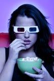 Mulher que presta atenção ao filme 3D, Foto de Stock Royalty Free