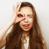 mulher que procura algo com os olhos largamente abertos Fotografia de Stock