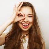 mulher que procura algo com os olhos largamente abertos Fotos de Stock Royalty Free