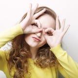 mulher que procura algo com os olhos largamente abertos Imagens de Stock Royalty Free