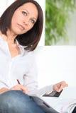Mulher que procura o trabalho Fotos de Stock Royalty Free