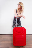 Mulher que puxa o saco vermelho pesado do curso Fotos de Stock Royalty Free