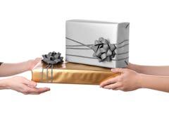 Mulher que recebe caixas de presente de seu amigo Foto de Stock Royalty Free