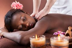 Mulher que recebe a massagem do ombro em termas Imagens de Stock