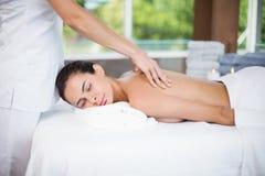 Mulher que recebe a massagem traseira do massagista fêmea Fotos de Stock Royalty Free