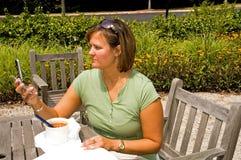 Mulher que recebe a mensagem de texto - 2 Fotografia de Stock