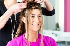 Mulher que recebe o corte de cabelo do cabeleireiro ou do cabeleireiro Fotografia de Stock Royalty Free