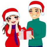 Mulher que recebe o presente de Natal Foto de Stock