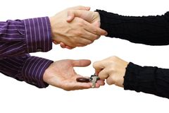 Mulher que recebe um aperto de mão e uma chave da casa ao mesmo tempo Imagens de Stock Royalty Free