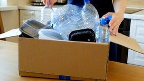 Mulher que recolhe garrafas e recipientes plásticos para reciclar vídeos de arquivo