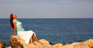 Mulher que relaxa Fotografia de Stock