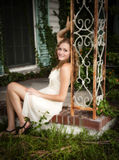 Mulher que relaxa ao ar livre Fotos de Stock Royalty Free