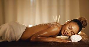 Mulher que relaxa após o tratamento fotografia de stock royalty free