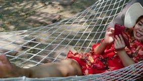 Mulher que relaxa com o smartphone na rede, HD completo filme