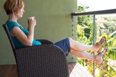 Mulher que relaxa com pés acima fotos de stock royalty free