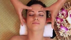Mulher que relaxa com uma massagem vídeos de arquivo