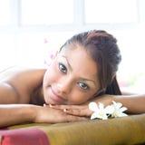Mulher que relaxa e que aprecia um dia em termas Fotografia de Stock