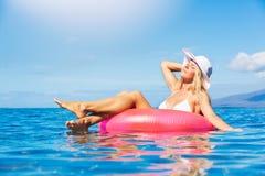 Mulher que relaxa e que flutua no oceano Fotografia de Stock Royalty Free