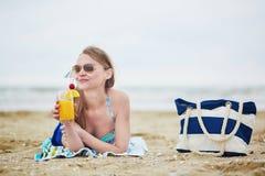 Mulher que relaxa e que toma sol na praia Imagem de Stock