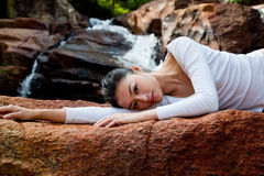 Mulher que relaxa em ao ar livre Imagens de Stock