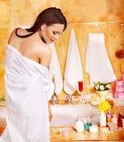 Mulher que relaxa em casa o banho. Imagem de Stock