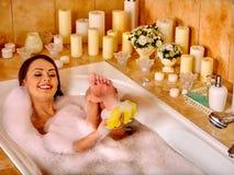 Mulher que relaxa em casa o banho Foto de Stock