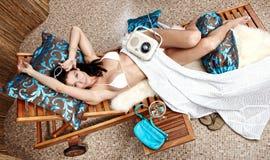 Mulher que relaxa em férias Fotos de Stock Royalty Free