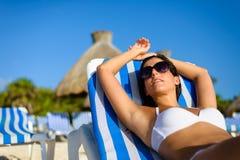 Mulher que relaxa em férias tropicais da praia Foto de Stock