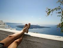 Mulher que relaxa em Santorini, Grécia imagem de stock