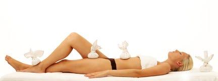 Mulher que relaxa em termas do dia Fotografia de Stock Royalty Free