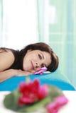 Mulher que relaxa em um banco da massagem foto de stock royalty free