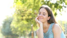 Mulher que relaxa em um parque verde filme