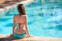 Mulher que relaxa em uma piscina Imagem de Stock