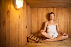 Mulher que relaxa em uma sauna Imagens de Stock Royalty Free