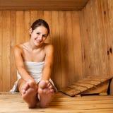 Mulher que relaxa em uma sauna Fotografia de Stock Royalty Free