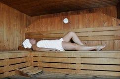 Mulher que relaxa em uma sauna fotografia de stock