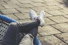 Mulher que relaxa fora, encontrando-se, pés cruzados Imagens de Stock