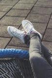 Mulher que relaxa fora, encontrando-se, pés cruzados Fotos de Stock
