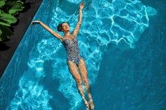Mulher que relaxa na água da piscina Férias das férias de verão Fotografia de Stock Royalty Free