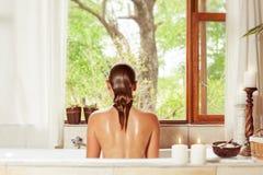 Mulher que relaxa na banheira Fotografia de Stock Royalty Free