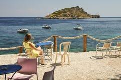 Mulher que relaxa na cadeira com verão, seascape tropical imagem de stock royalty free