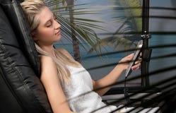 Mulher que relaxa na cadeira da massagem Fotos de Stock Royalty Free