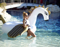 Mulher que relaxa na estância luxuosa da piscina com bi enorme fotos de stock royalty free
