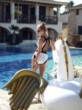 Mulher que relaxa na estância luxuosa da piscina com bi enorme imagens de stock royalty free