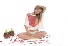 Mulher que relaxa na meditação da ioga no branco Imagens de Stock Royalty Free